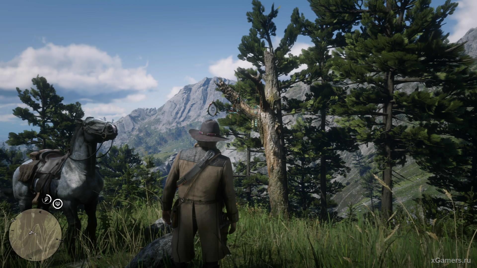 Ловец висит на толстой ветке дерева