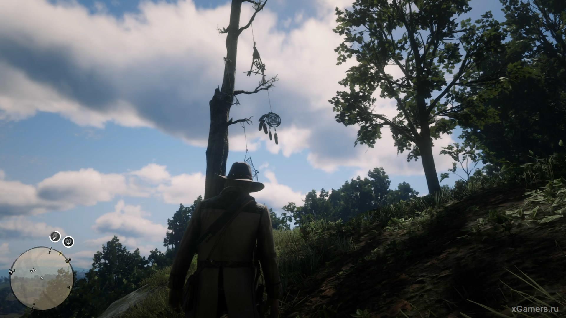 7-ой ловец находится на крутом склоне на одной из нижних веток старого дерева